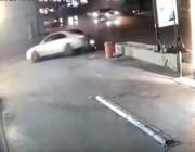 سيارة تعبر الطريق الرئيسي وتقتحم محطة وقود بسرعة جنونية (فيديو)