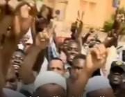 شاهد ماذا حصل لمذيع العربية في السودان و ماذا حصل أيضأ لمذيع الجزيرة