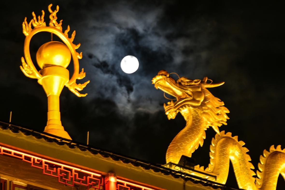 """الصين تودع أعمدة الإنارة وتنير شوارعها بـ""""قمر""""بشري"""