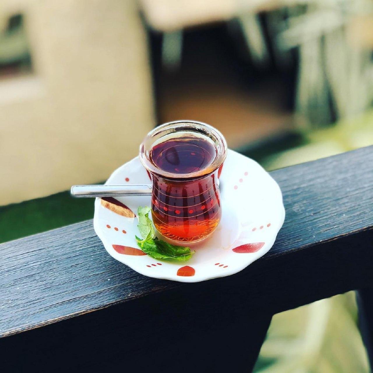 لهذا السبب.. استشاري ينصح بعدم شرب الشاي والقهوة في فناجين الاستراحات