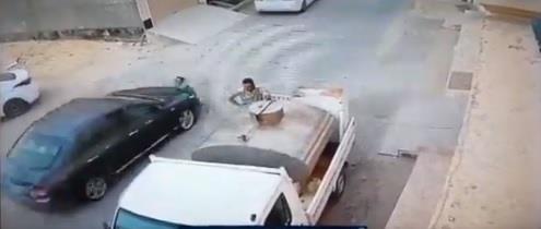 فيديو.. طفلة تنجو من الموت بعد صدم سيارة لها وهي تعبر الشارع