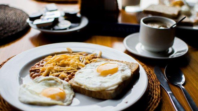 أطباء يحذرون من خطورة إهمال وجبة الإفطار