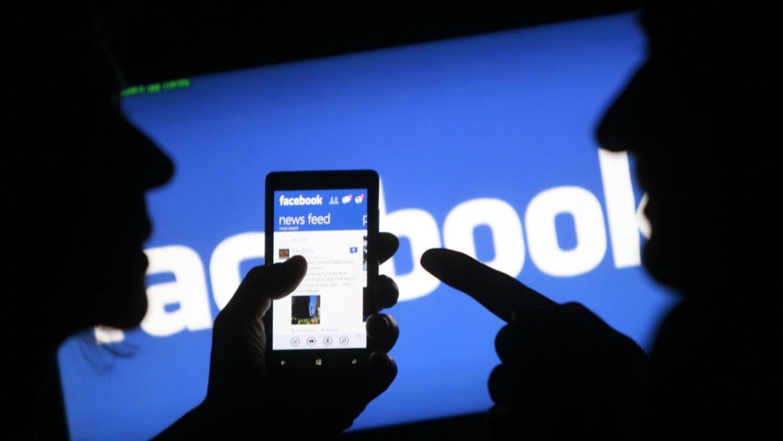 «فيس بوك» تختبر إعادة دمج «مسنجر» في تطبيقها الأساسي